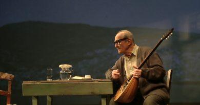 «Εγώ, ο Μάρκος Βαμβακάρης» με τον Θανάση Παπαγεωργίου στο θέατρο Περιγιαλίου (VIDEO)