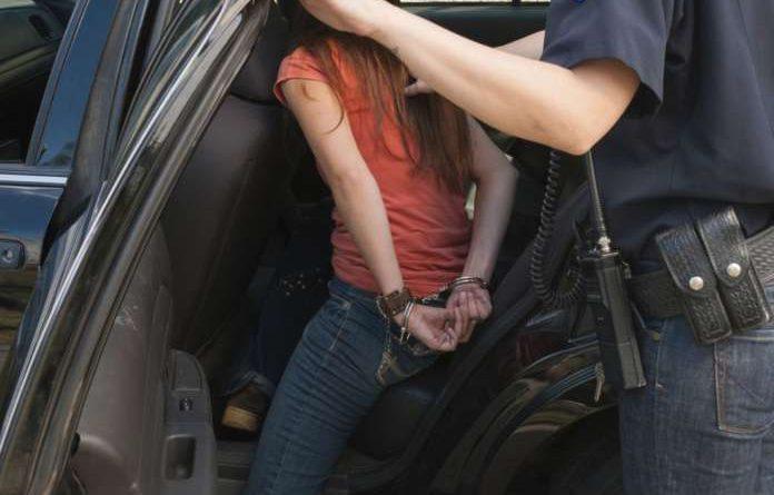 Συνέλαβαν 13χρονο κορίτσι που πουλούσε στυλό. Της πέρασαν χειροπέδες και σχημάτισαν δικογραφία