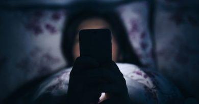 Η συχνή χρήση κινητού πριν κοιμηθείς και οι συνέπειες