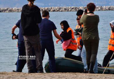 Πρόσφυγες αποβιβάστηκαν στην παραλία Καραθώνας